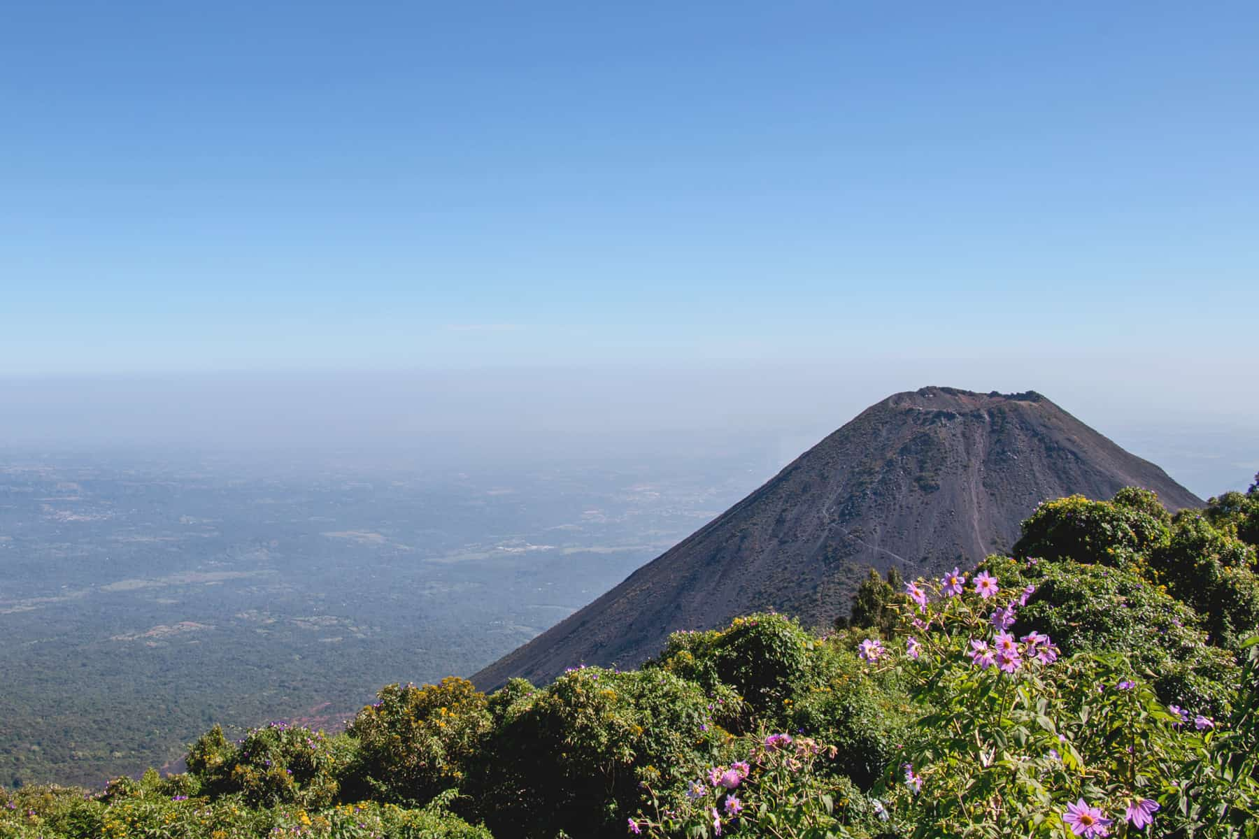 Volcano in El Salvador. Travel Guide